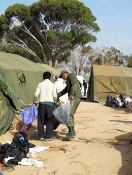 Les travailleurs humanitaires s'attachent à assainir le camp. (Crédit photo : Marie Valla / FRANCE 24)
