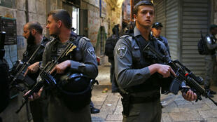 عناصر أمن إسرائيليون في مكان شهد هجوما بسكين نفذه فلسطيني في القدس القديمة 18 آذار/مارس 2018.