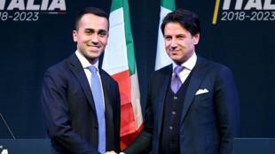 Le chef de file du M5S Luigi Di Maio serre la main de Giuseppe Conte, le 1er mars 2018.