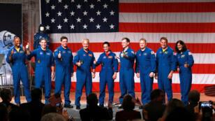 Los astronautas asignados a la tripulación de las primeras pruebas de vuelo y misiones del Boeing CST-100 Starliner y SpaceX Crew Dragon dan su visto bueno en el Centro Espacial Johnson de la NASA en Houston, Texas, EE. UU., el 3 de agosto de 2018.