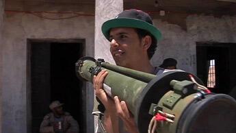 Un rebelle apprivoise son arme dans l'ouest libyen © David Thomson