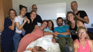 Amanda Eller posa para una foto de su cama de hospital con sus compañeros en el Maui Memorial Medical Center en Hawaii, EE. UU., 25 de mayo de 2019, imagen obtenida de las redes sociales.