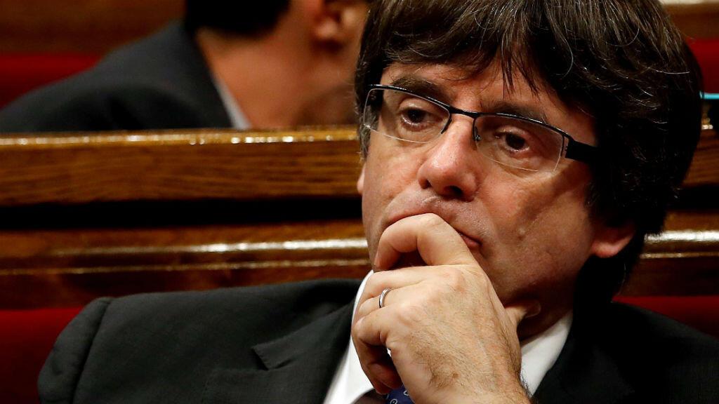 El presidente de la Generalitat, Carles Puigdemont durante el pleno en el Parlament en respuesta a la aplicación del artículo 155 de la Constitución.
