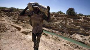 """Un """"creuseur"""" d'une mine de cobalt, près de Lubumbashi, en République démocratique du Congo, en mai 2016."""