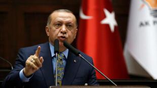 Recep Tayyip Erdogan se dirige a los miembros del parlamento en Ankara, Turquía, el 23 de octubre de 2018.