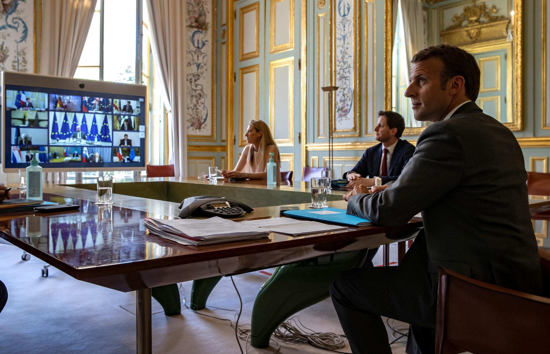 Le président Emmanuel Macron, le 23 avril 2020 à l'Élysée, lors d'une visioconférence avec les membres du Conseil européen.
