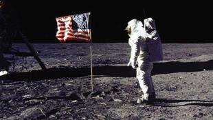 """Le 20 juillet 1969, Edwin E. """"Buzz"""" Aldrin, Jr. salue le drapeau américain lors de la mission Apollo11."""