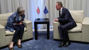 La primera ministra británica, Theresa May, conversa con el presidente del Consejo de la UE, Donald Tusk, en el balneario de Sharm el-Sheikh en el Mar Rojo, el 24 de febrero de 2019.