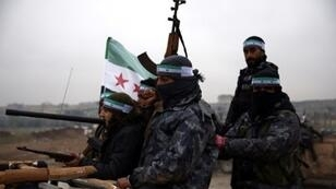 مقاتلون سوريون تدعمهم تركيا وهم يغادرون جرابلس الحدودية استعداداً للتحرك باتجاه منبج داخل سوريا في 25 كانون الأول/ديسمبر 2018