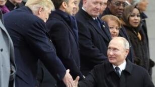 الرئيسان الروسي فلاديمير بوتين والأمريكي دونالد ترامب يتصافحان خلال احتفال الذكرى المئوية لانتهاء الحرب العالمية الأولى تحت قوس النصر في باريس في 11 تشرين الثاني/نوفمبر 2018