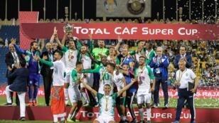 الرجاء البيضاوي يحتفل بلقبه الثاني في كأس السوبر الإفريقية. 29 مارس/آذار 2019.