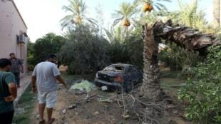ليبيون يتفقدون الخسائر جراء المعارك في طرابلس