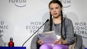 La jeune activiste suédoise Greta Thunberg (C) au Forum économique le 25 janvier 2019, à Davos, Suisse