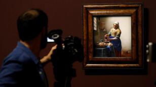 """""""La Laitière"""", du peintre hollandais Johannes Vermeer, prêtée par le Rijksmuseum d'Amsterdam au musée du Louvre, à Paris, le 21 février 2017."""