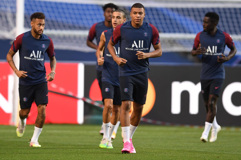 Kylian Mbappé junto a Neymar y sus compañeros del Paris Saint-Germain durante el entrenamiento en Lisboa el sábado, el día antes de que se enfrenten al Bayern de Múnich en la final de la Champions.