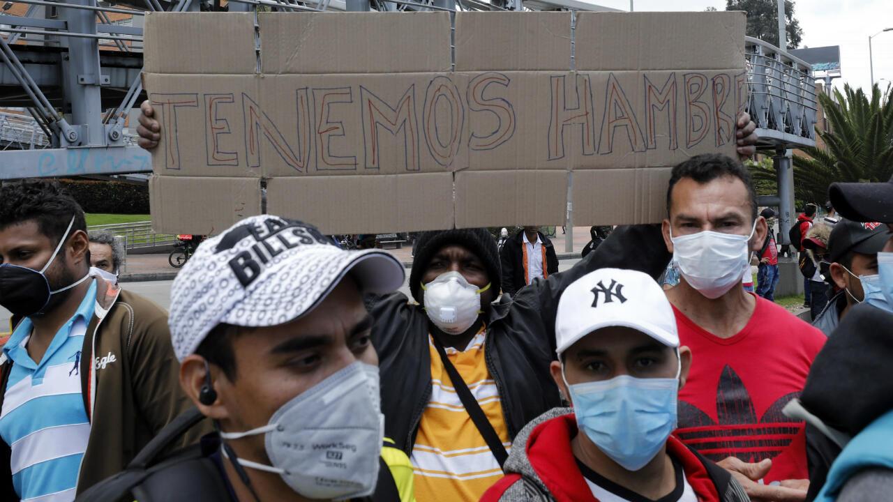 A pesar de que la cuarentena por el coronavirus está vigente, decenas de colombianos se manifestaron en Bogotá para pedir al Gobierno ayudas alimentarias y sanitarias.
