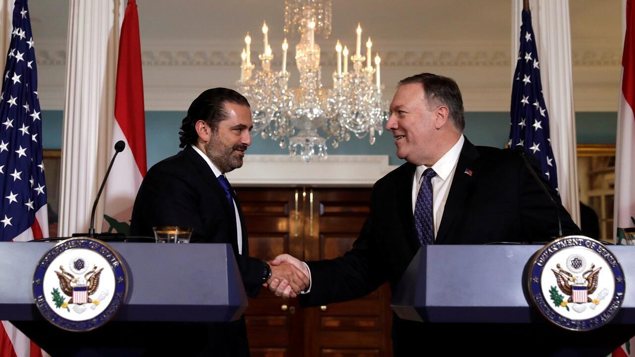 رئيس الوزراء اللبناني سعد الحريري مصافحا وزير الخارجية الأمريكية مايك بومبيو في واشنطن. 15 أغسطس/آب 2019.