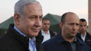 وزير الدفاع الإسرائيلي نفتالي بينيت (الثاني من اليمين) ورئيس الوزراء بنيامين نتانياهو (يسار) يتفقدان قاعدة عسكرية إسرائيلية في مرتفعات الجولان المحتلة في 24 تشرين الثاني/نوفمبر 2019.