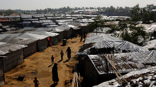 Refugiados rohingyas caminan dentro del campo de refugiados Kutupalong cerca de Cox's Bazar, en Bangladesh el 8 de enero de 2018.