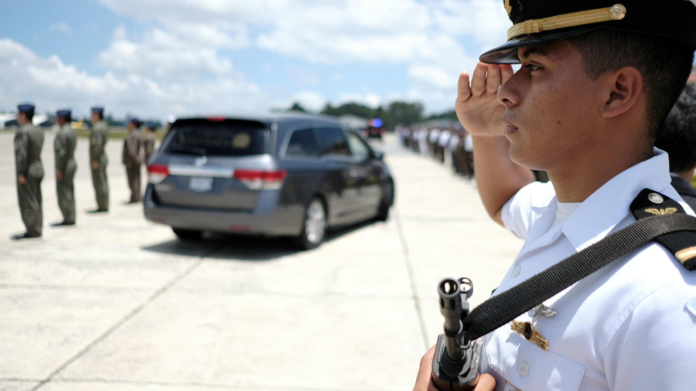 Los marines guatemaltecos saludan al coche fúnebre que lleva el cuerpo del soldado Carlos Esteven Mayen, quien fue asesinado durante una operación para detener un avión que supuestamente transportaba drogas, abandona la base de la Fuerza Aérea de Guatemala en la Ciudad de Guatemala, Guatemala, 5 de septiembre de 2019.