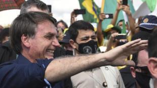 الرئيس البرازيلي جايير بولسونارو يلتقي انصاره أمام القصر الرئاسي في برازيليا، 24 ايار/مايو 2020