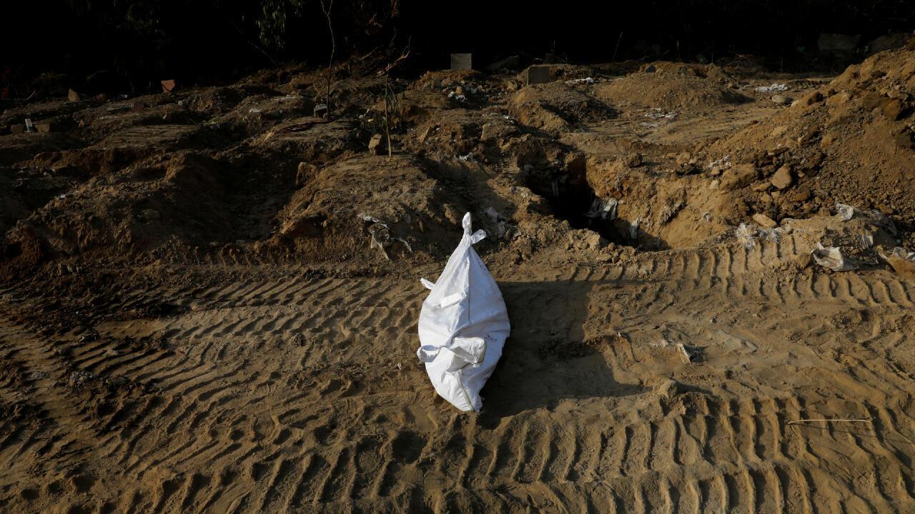 Esta persona murió por Covid-19 y fue enterrada en Nueva Delhi, India, el 11 de mayo de 2020.