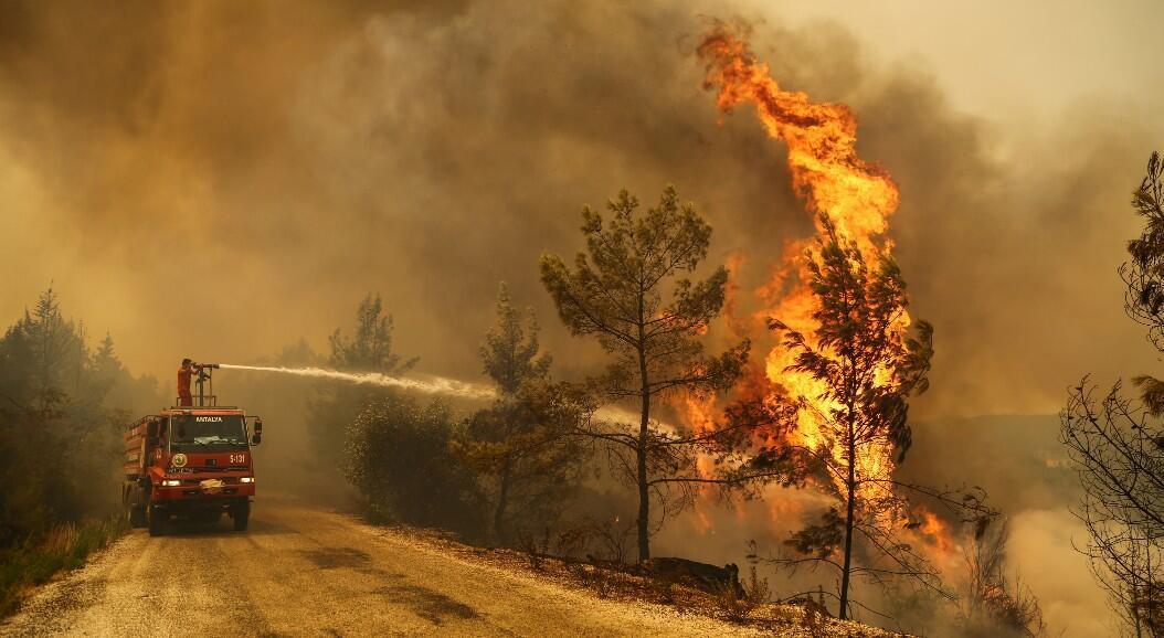 Un grupo de bomberos extingue un incendio forestal cerca de la ciudad de Manavgat, al este de la ciudad turística de Antalya, Turquía, el 30 de julio de 2021.