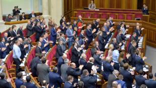"""Le Parlement ukrainien a voté mardi un projet de loi engageant le pays à """"remplir les critères nécesaires"""" pour une adhésion à l'Otan."""