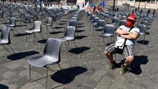 Un hombre con mascarilla aguarda el inicio de una protesta de trabajadores del sector del metal, el 25 de junio de 2020 en la céntrica Piazza del Popolo, en Roma