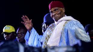L'ancien président sénégalais Abdoulaye Wade salue ses partisans au siège du PDS à Dakar, le 7 février 2019.