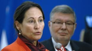 """La ministre de l'Ecologie Ségolène Royal, accompagnée du secrétaire d'État aux Transports, a annoncé la  suspension """"sine die"""" de l'écotaxe."""