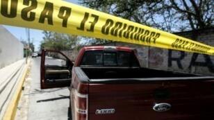 الشرطة تحرس موقع اكتشاف الرفات حيث تعمل فرق الطب الشرعي في مدينة زابوبان في ولاية خاليسكو المكسيكية في 11 أيار 2019