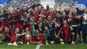 فرحة اللاعبين البرتغاليين بفوزهم بكأس الأمم الأوروبية 2016.