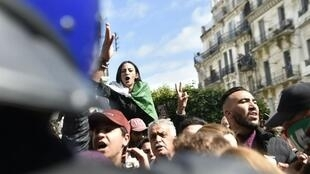 جزائريون يتظاهرون ضد بوتفليقة