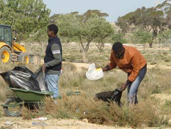 Pour l'heure, le camp de Choucha accueille moins de civils fuyant la Libye qu'à son ouverture il y a deux semaines. Les humanitaires prennent le temps de nettoyer.(Crédit photo : Marie Valla / FRANCE 24)