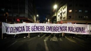Decenas de personas participan en la marcha por el Día Internacional de la Eliminación de la Violencia contra la Mujer el 25 de noviembre de 2019, en Montevideo (Uruguay).