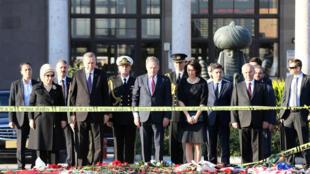 Le président turc Recep Tayyip Erdogan, mercredi 14 octobre 2015, se recueille sur les lieux du double attentat suicide d'Ankara.