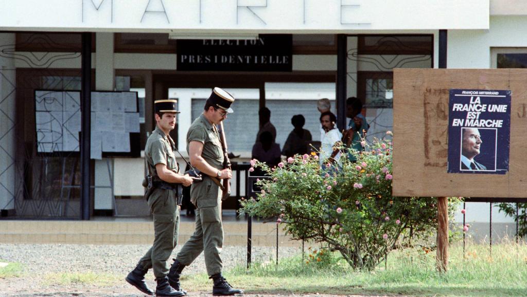 Gendarmes en patrulla frente al ayuntamiento de Poya, el 8 de mayo de 1988, durante la segunda vuelta de las elecciones presidenciales francesas, unos días después del asalto a la cueva de Gossanah en Ouvéa el 5 de mayo.