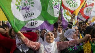 """Les partisans du Parti démocratique du peuple pro-kurde (HDP) assistent au rassemblement """"Paix et justice"""" à Istanbul, le 3 février 2019."""