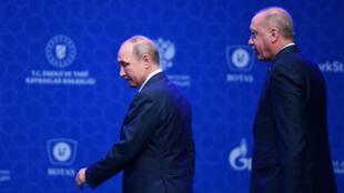 """Le président turc Recep Tayyip Erdogan et son homologue russe Vladimir Poutine, lors de la cérémonie d'inauguration d'un nouveau gazoduc """"TurkStream"""" le 8 janvier 2020, à Istanbul."""