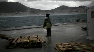 Une personne migrante dans un centre d'enregistrement sur l'île grecque de Samos, le 17 janvier 2016.