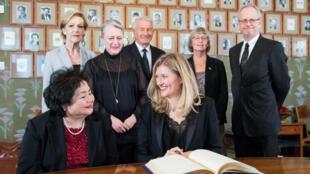 La líder de la  ICAN (Campaña Internacional para Abolir las Armas Nucleares) firma en Oslo, Noruega el protocolo del Premio Nobel junto a Setsuko Thurlow, superviviente de la bomba atómica de Hiroshima. 9 de diciembre de 2017