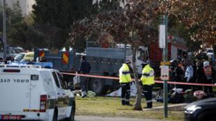 Les forces de sécurité israéliennes examinent le camion utilisé dans l'attaque du 8 janvier.