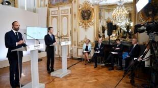 Édouard Philippe, Olivier Véran et une partie du gouvernement lors de la conférence de presse de présentation du déconfinement, le 7mai2020.