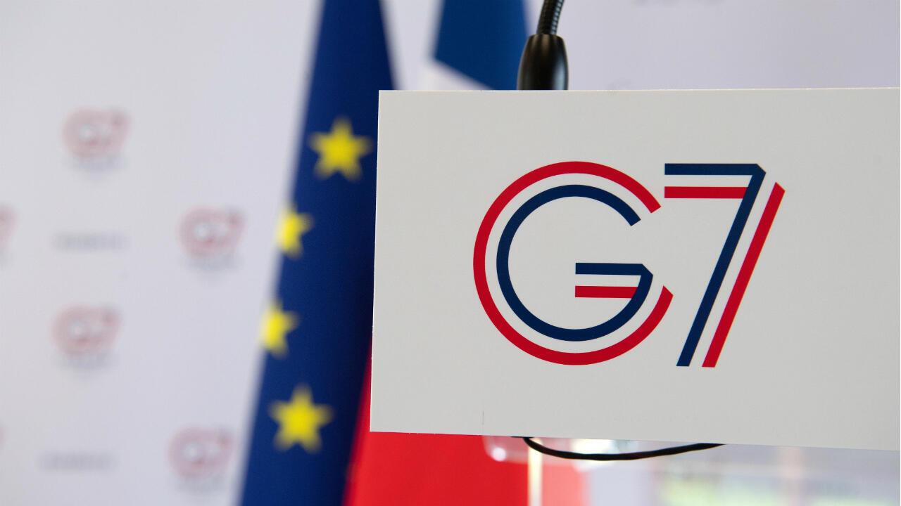 El logotipo del G7 se ve en la sala de prensa antes de la conferencia de prensa del Ministro del Interior francés, Christophe Castaner, sobre las medidas de seguridad antes del G7 en Biarritz, Francia, el 20 Agosto de 2019.