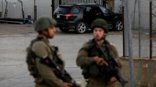 Un vehículo es inspeccionado en la zona del ataque en Ramallah, en el territorio ocupado por Israel en Cisjordania el 13 de diciembre de 2018.