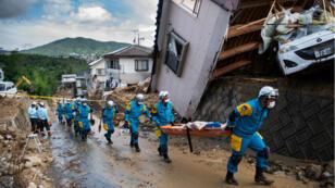 Des secouristes en action à Kumano, dans la préfecture d'Hiroshima, le 9 juillet 2018.