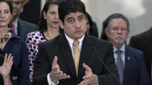 El presidente de Costa Rica, Carlos Alvarado, habla durante una conferencia de prensa en la Casa Presidencial en San José, Costa Rica, el 4 de marzo de 2020, luego de la renuncia de varios miembros de su gabinete y equipo de gobierno