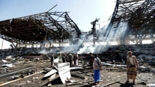 يمنيون يفحصون موقع غارة جوية نسبها الحوثيون إلى السعودية في العاصمة صنعاء بتاريخ 5 تشرين الثاني/نوفمبر، 2017