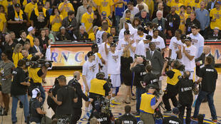Les Golden State Warriors célèbrent leur victoire face à Houston, le 27 mai.
